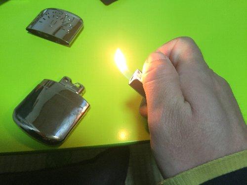 ライターで火をつける