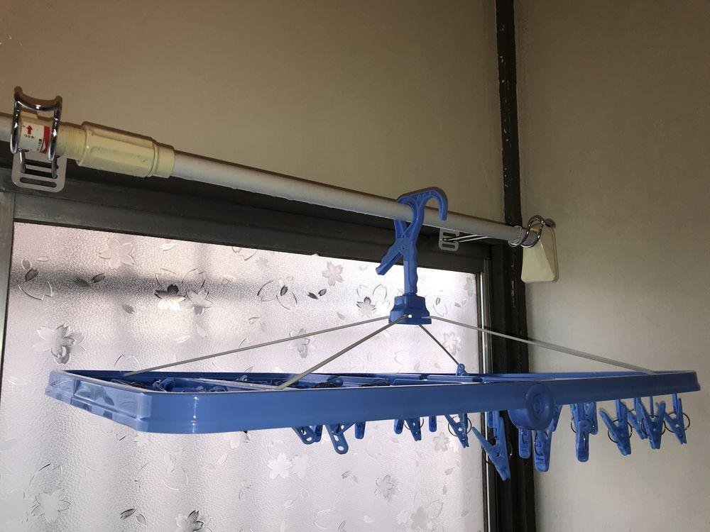 室内に洗濯物を干す