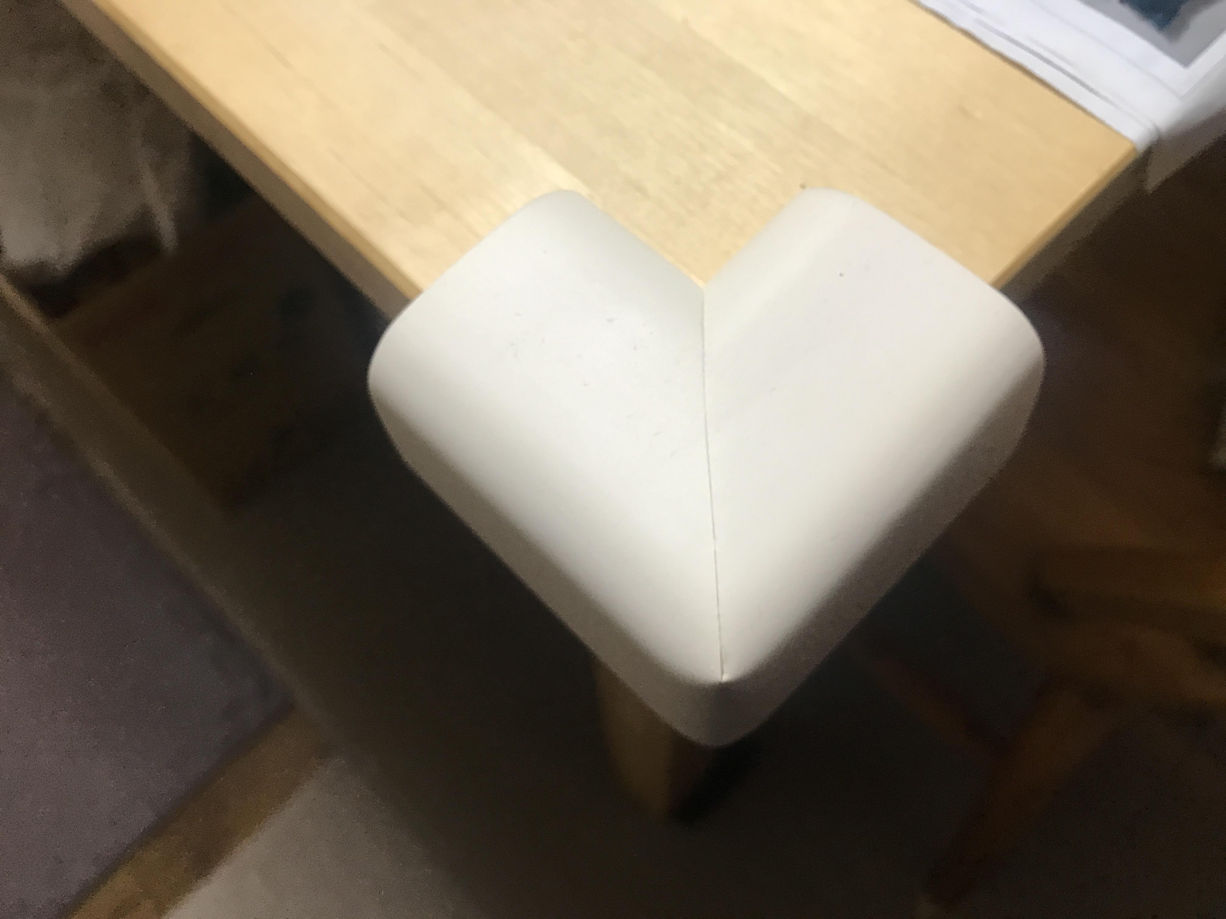 角にクッションをつけたテーブル